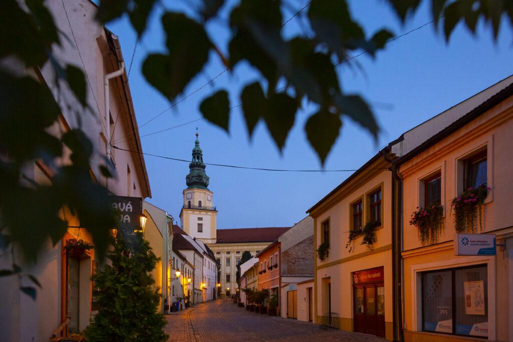 Večerní pohled ze Ztracené ulice na věž zámku