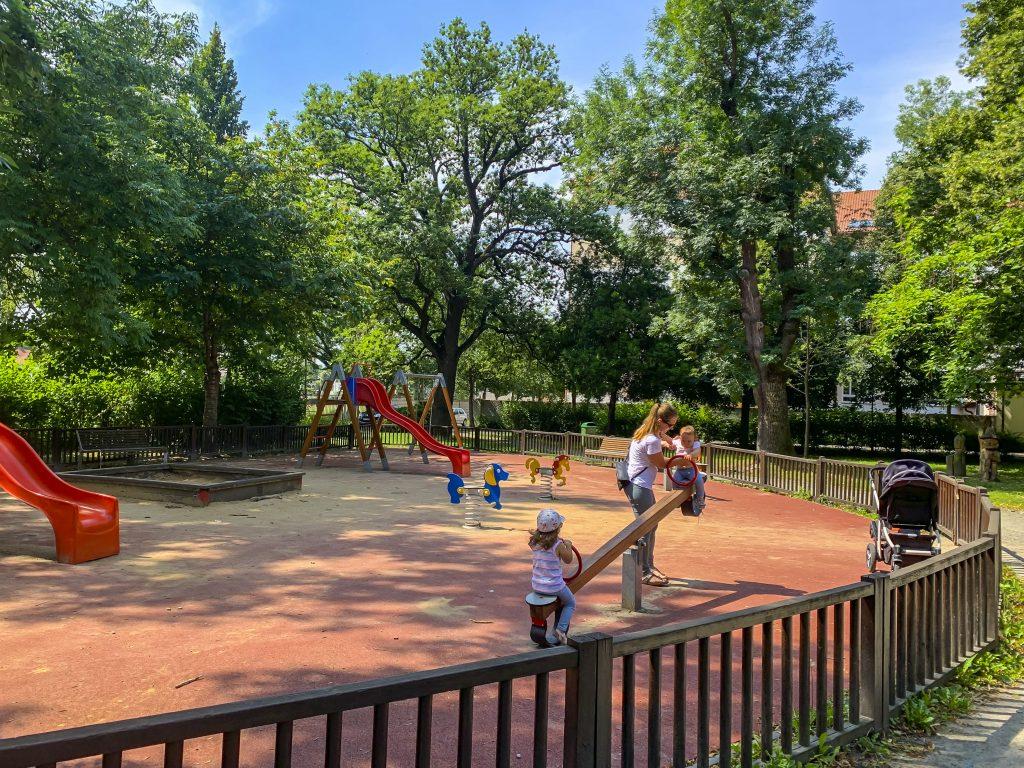 Děti hrající si na hřišti v Bezručově parku