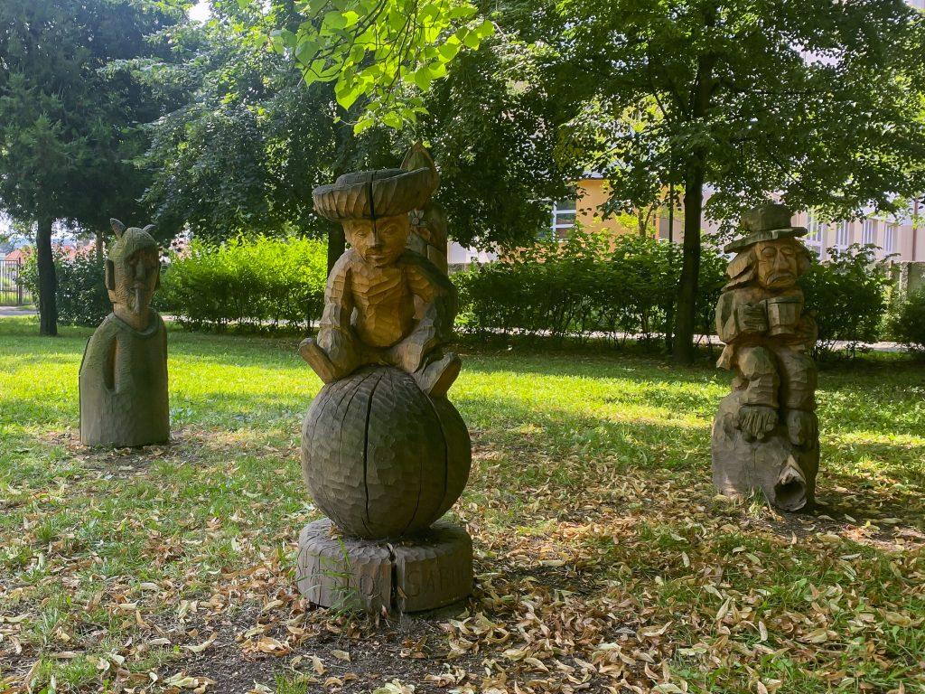 Dřevěné vyřezávané sochy jako dekorace Bezručova parku
