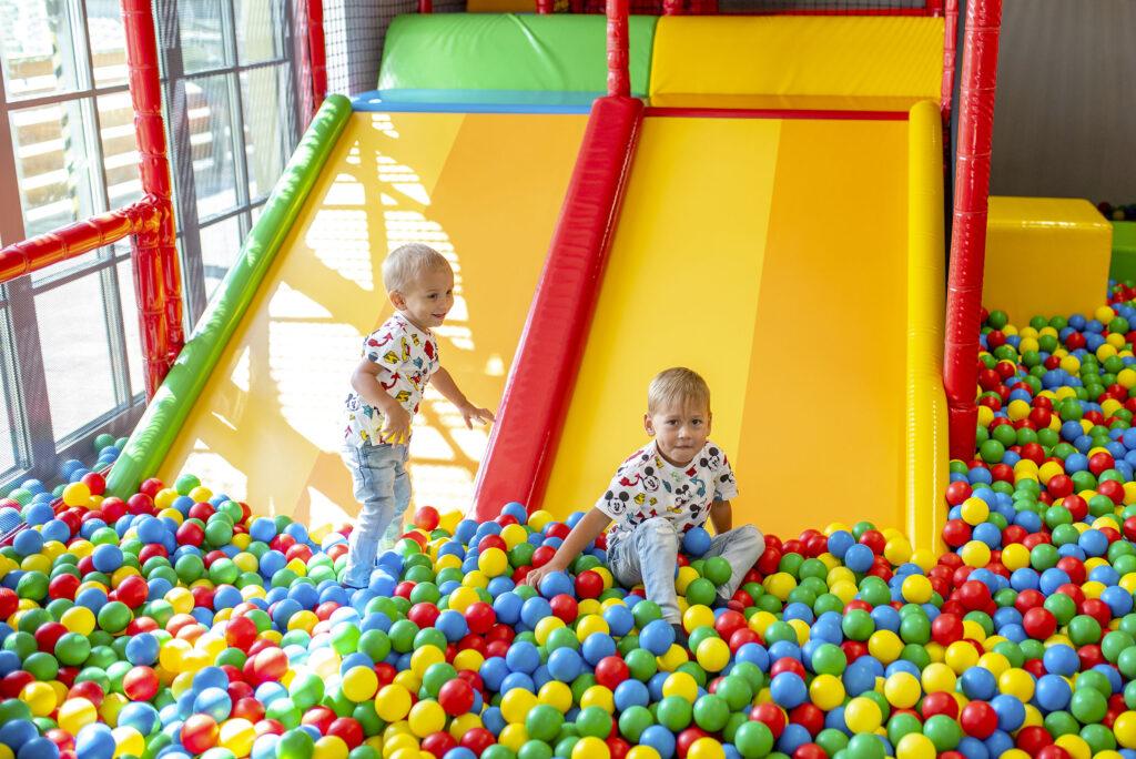 Děti hrající si v barevných kuličkách v Dětském světě Kroměříž