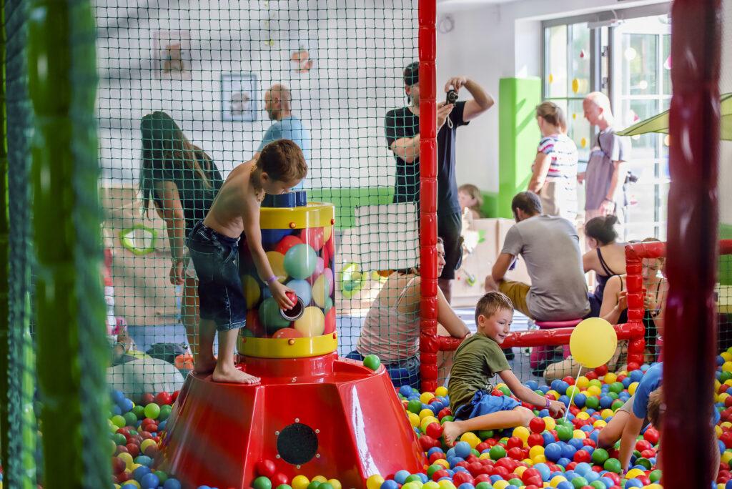 Interiér Dětského světa s hrajícími si dětmi