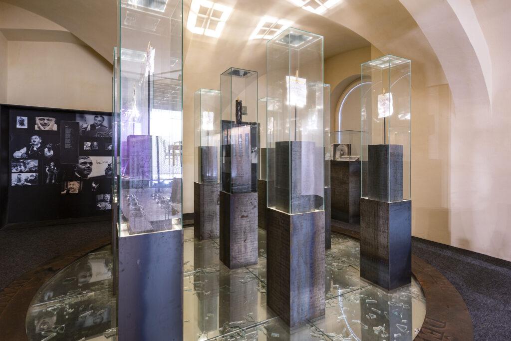 Skleněné vitríny s osobními předměty Karla Kryla