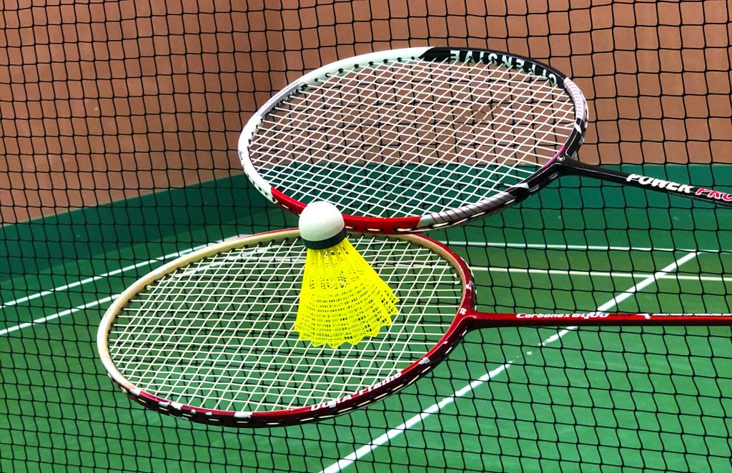 Rakety na badminton s košíkem a badmintonovou sítí