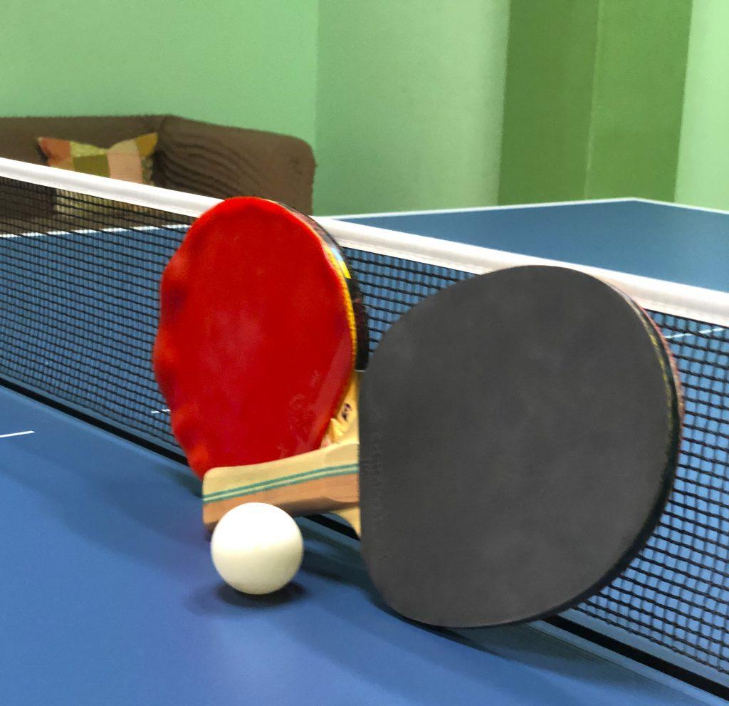 Pingpongové pálky a míček na stole