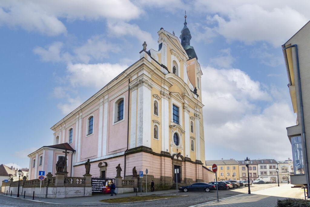 Pohled na kostel Nanebevzetí Panny Marie z Farní ulice