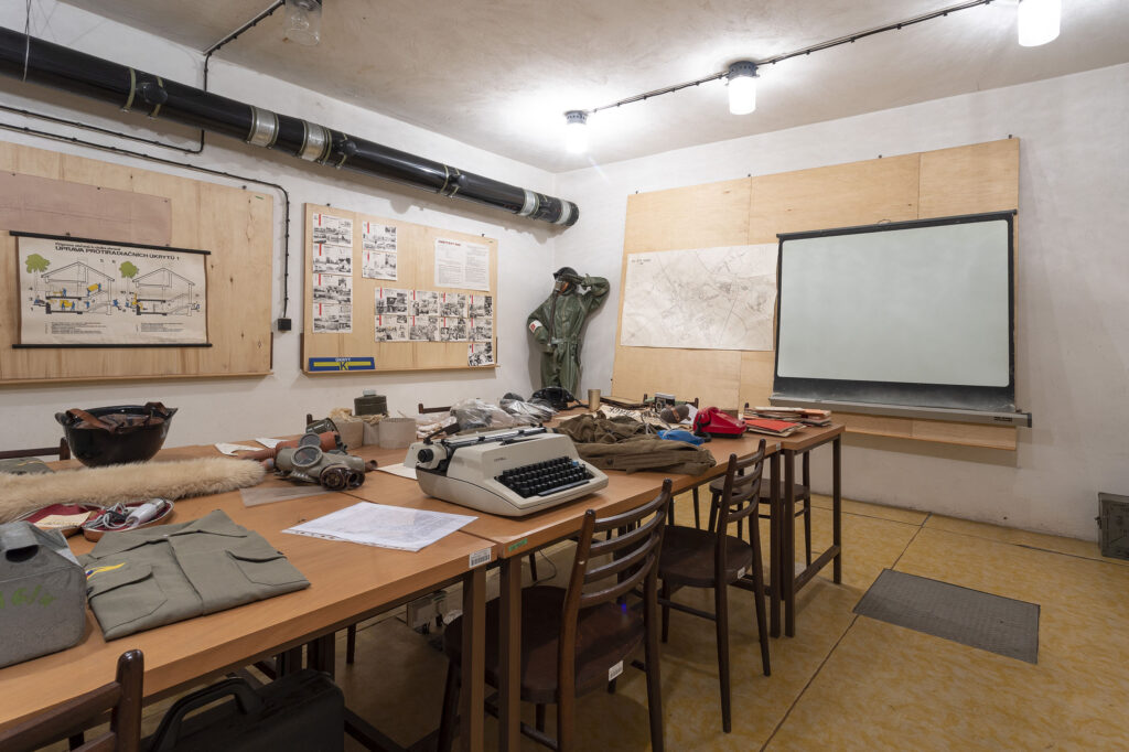 Administrativní místnost protiatomového krytu v Kroměříži