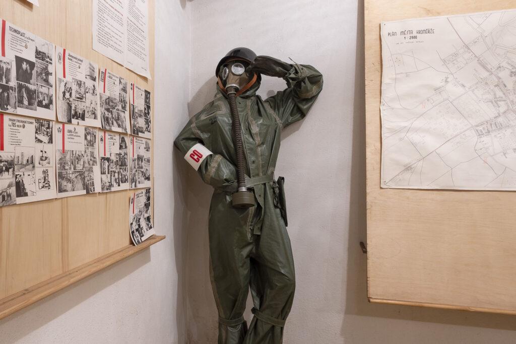 Ochranný oblek v protiatomovém krytu Kroměříž