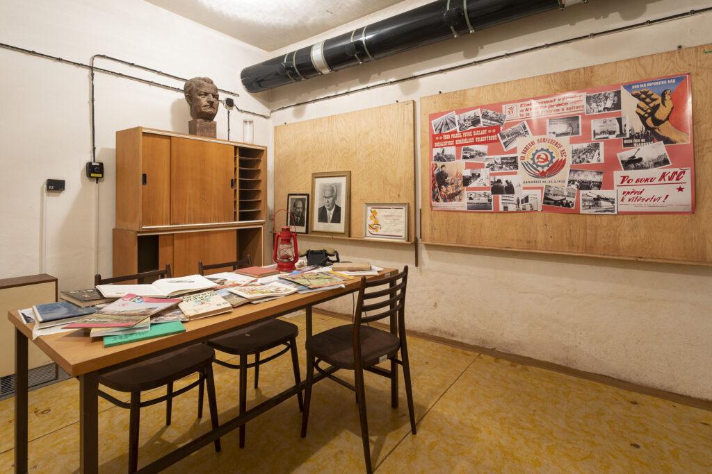 Společenská místnost s původním vybavením, protiatomový kryt v Kroměříži