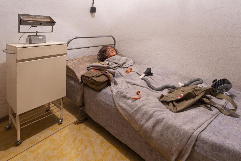 Ošetřovna s původním vybavením a pomůckami pro první pomoc, protiatomový kryt