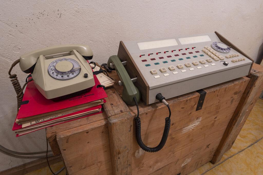 Telekomunikační vybavení z období osmdesátých let v protiatomovém krytu v Kroměříži