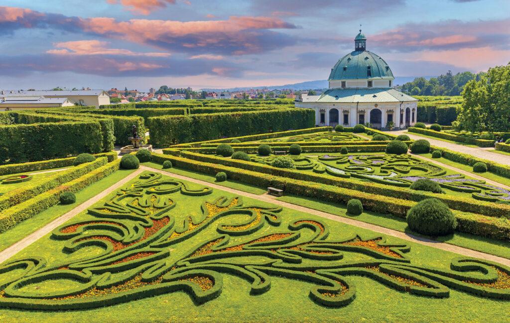 Rotunda a květinové záhony z výšky terasy kolonády, Květná zahrada