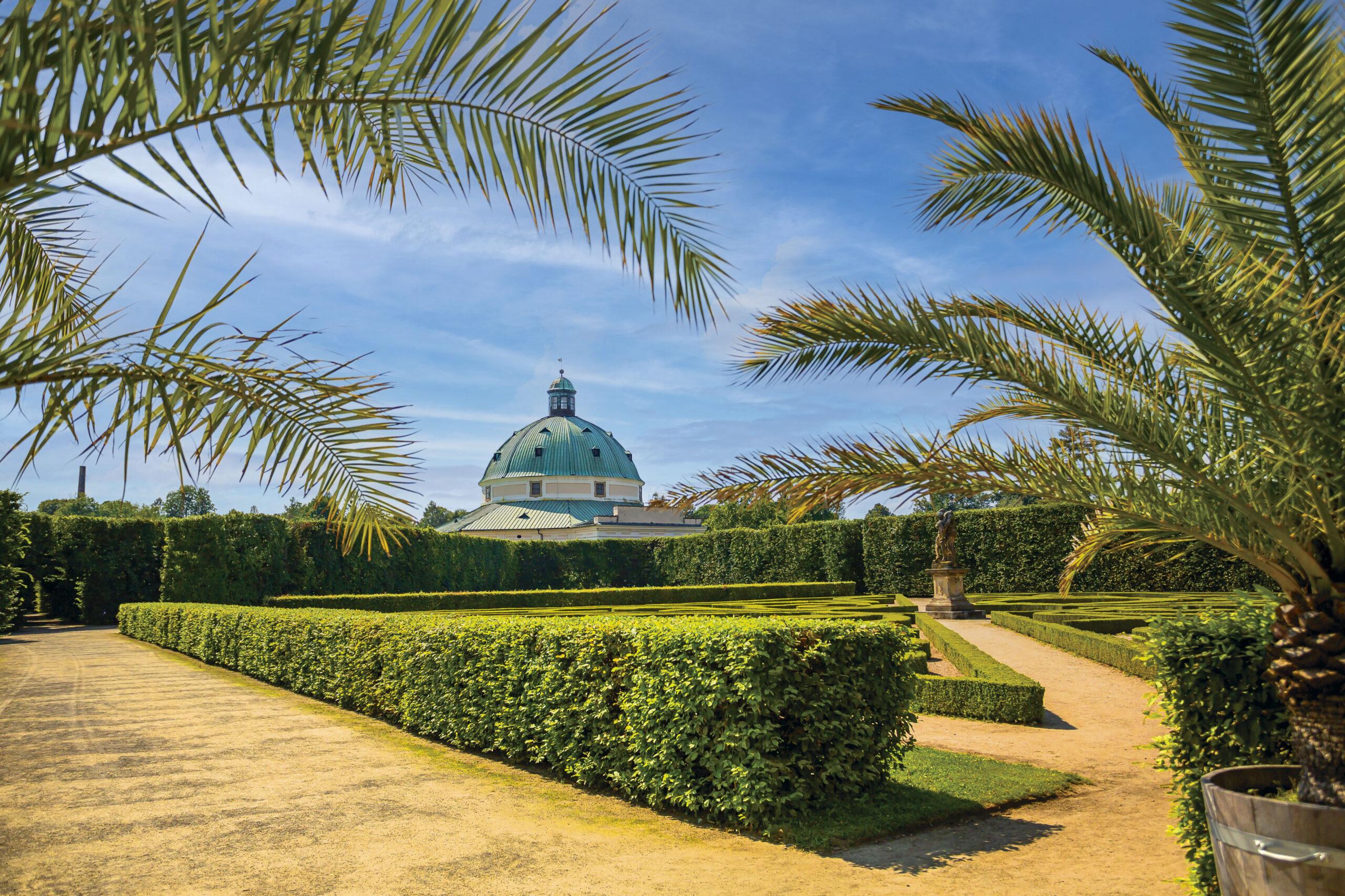Pohled z dálky na rotundu v Květné zahradě