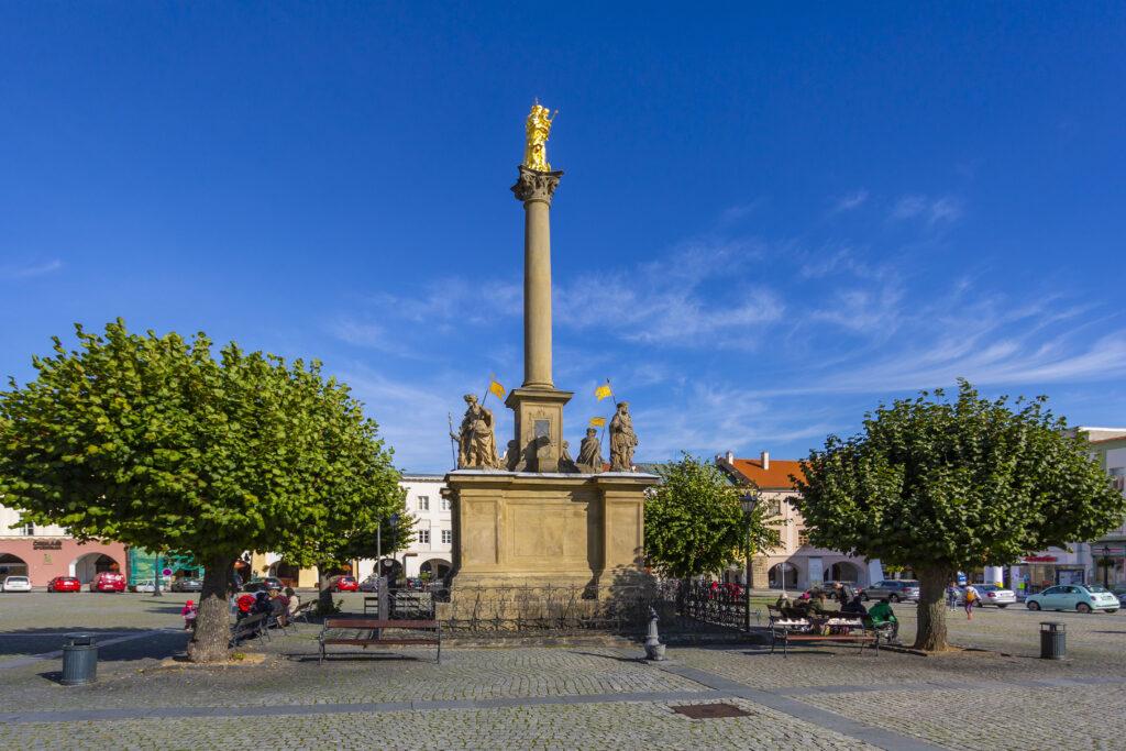 Mariánský sloup se sochou Panny Marie na Velkém náměstí v Kroměříži