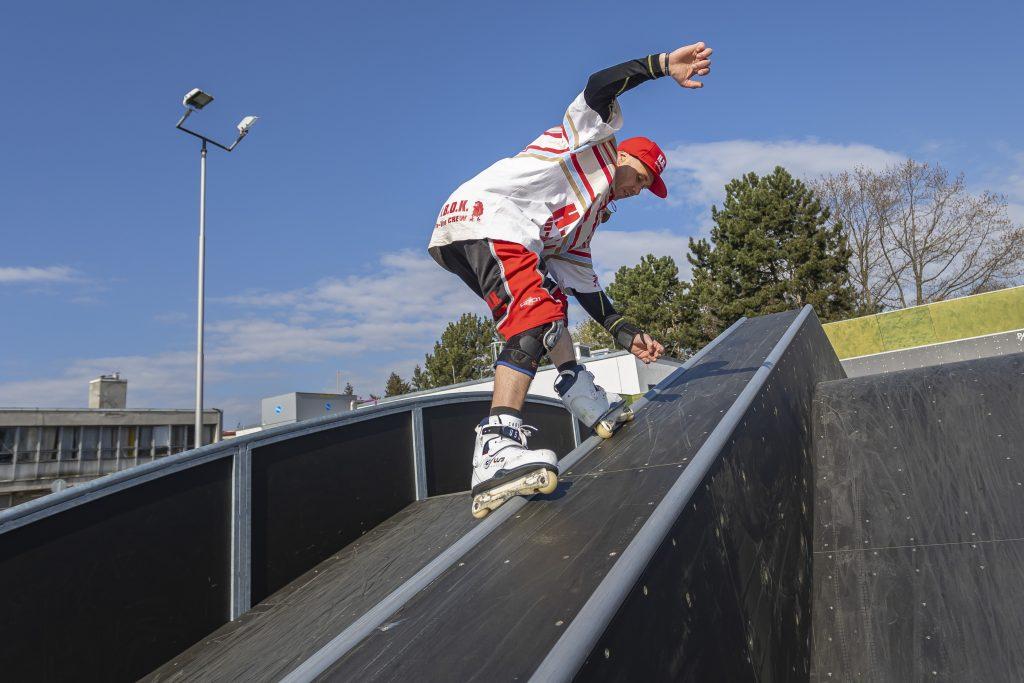Bruslař ve skateparku