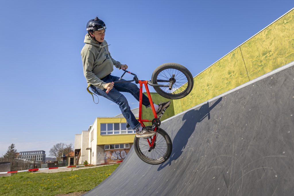 Akrobat s kolem ve skateparku