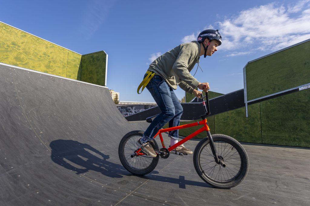 Cyklista ve skateparku
