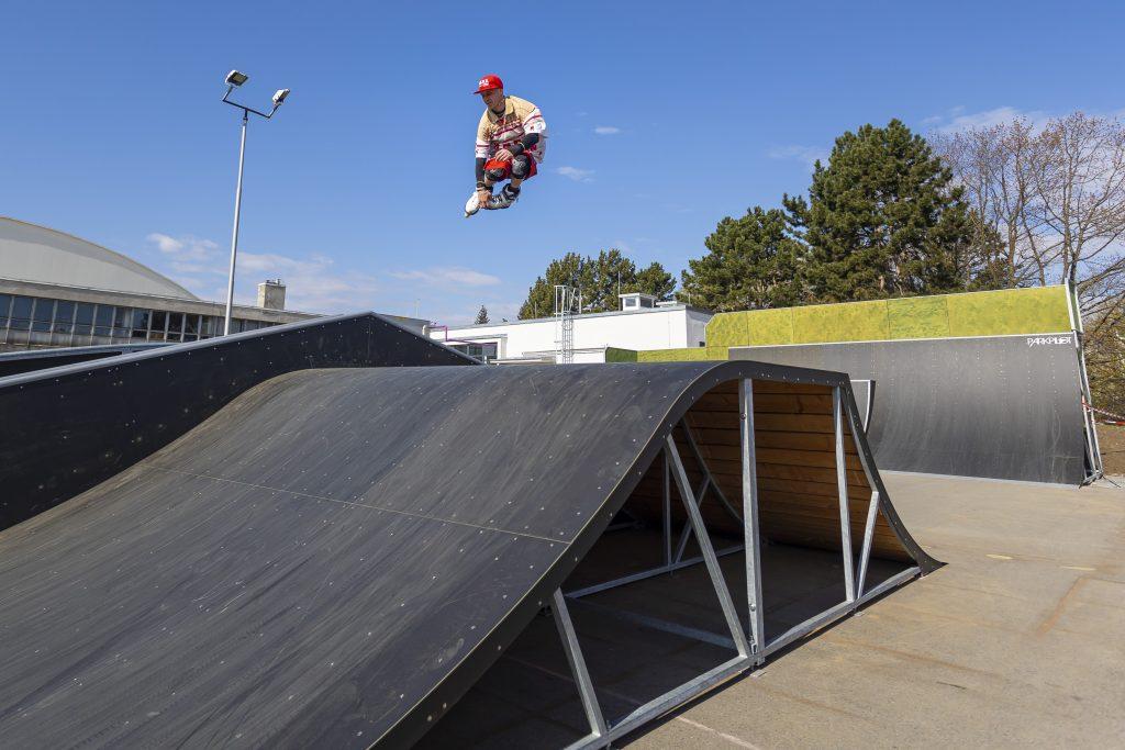Bruslař ve skoku ve skateparku