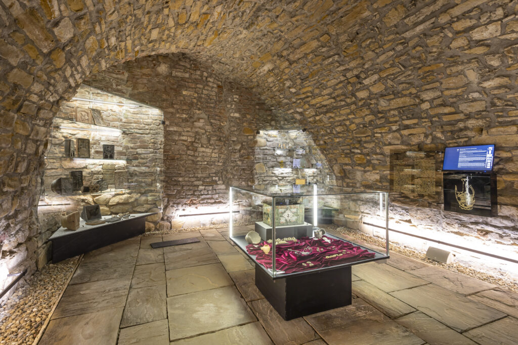 Zlaté šperky a další nálezy v expozici Historie ukrytá pod dlažbou města