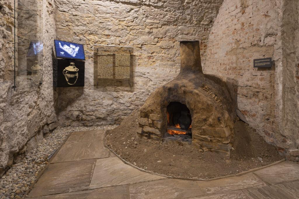Historická pec v expozici Historie ukrytá pod dlažbou města
