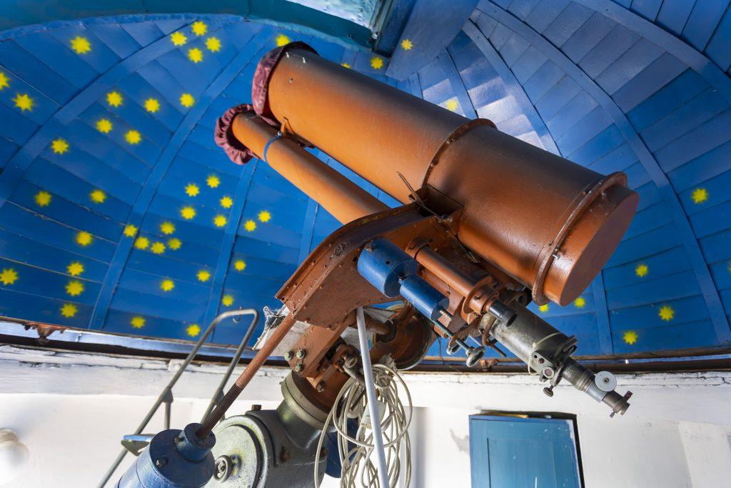 Teleskop v interiéru hvězdárny