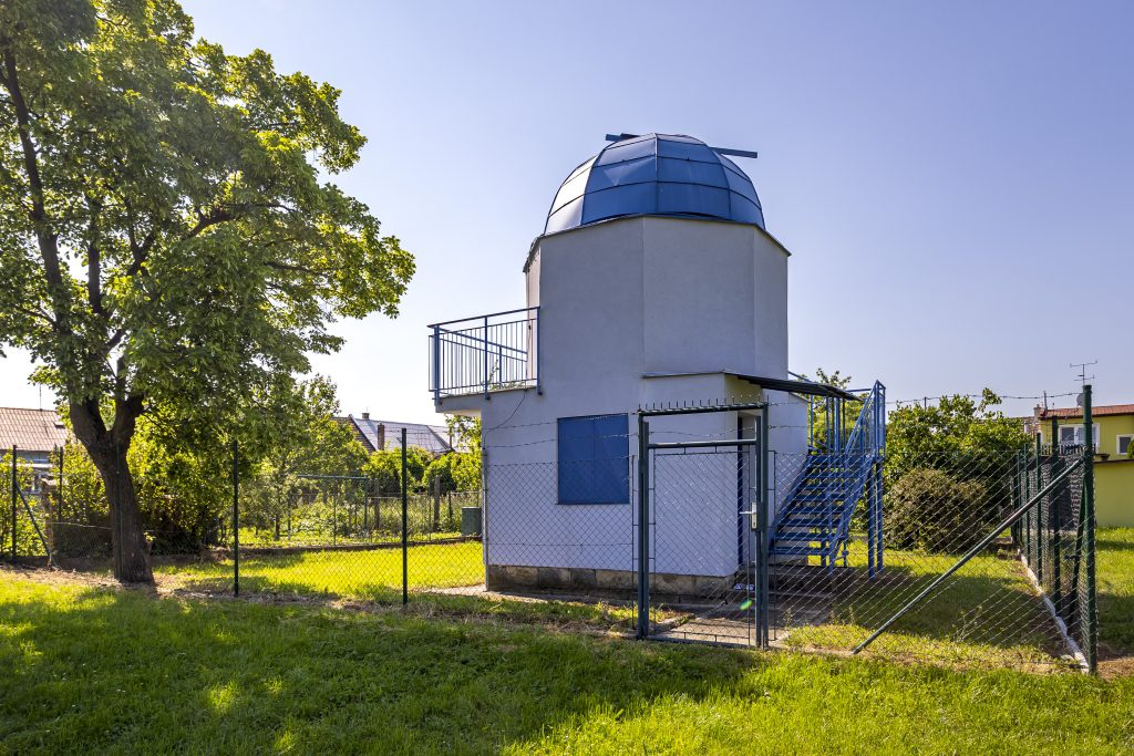 Dvoupatrová budova hvězdárny