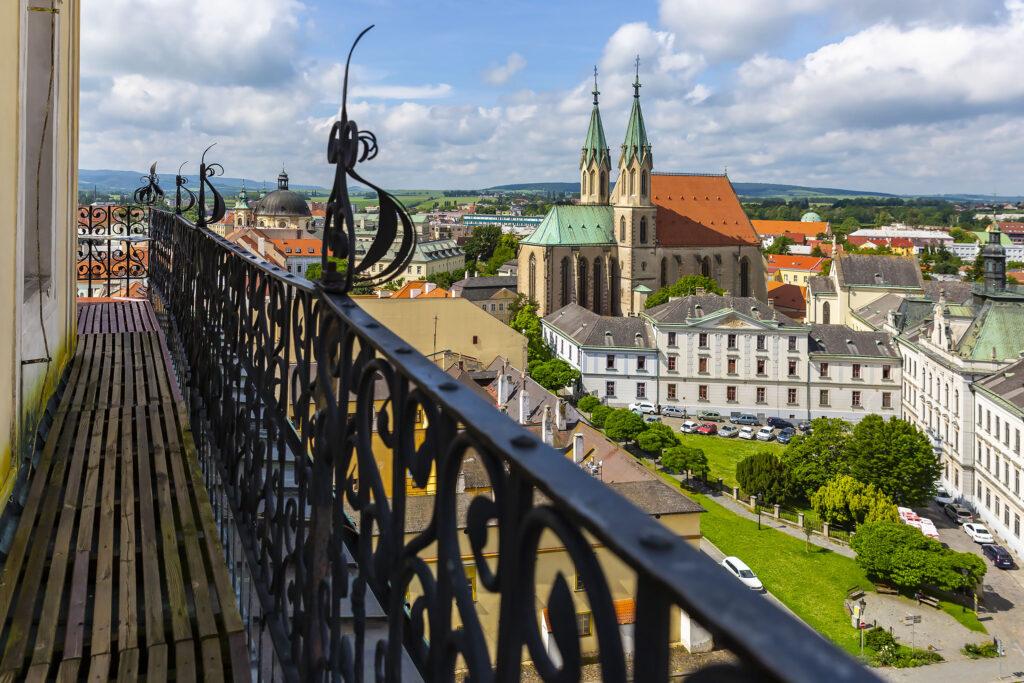 Pohled z ochozu zámecké věže na kostel svatého Mořice