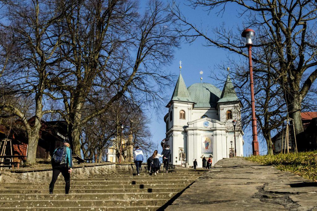Turisté stoupající po schodišti k bazilice Nanebevzetí Panny Marie