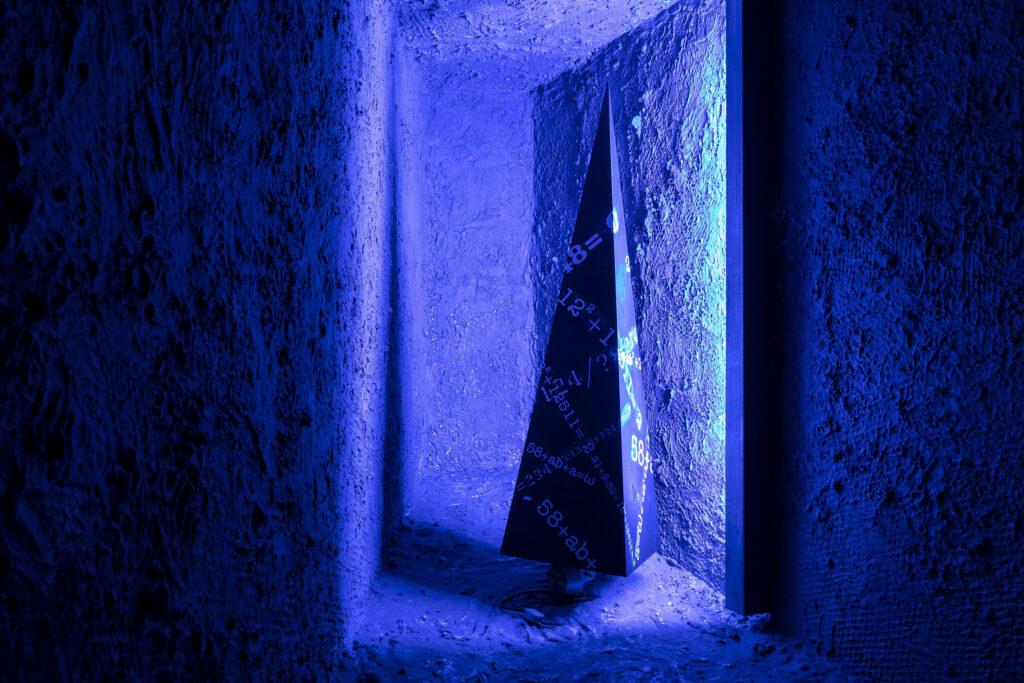 Jehlan nasvícený modrým světlem v Expozici Karla Kryla