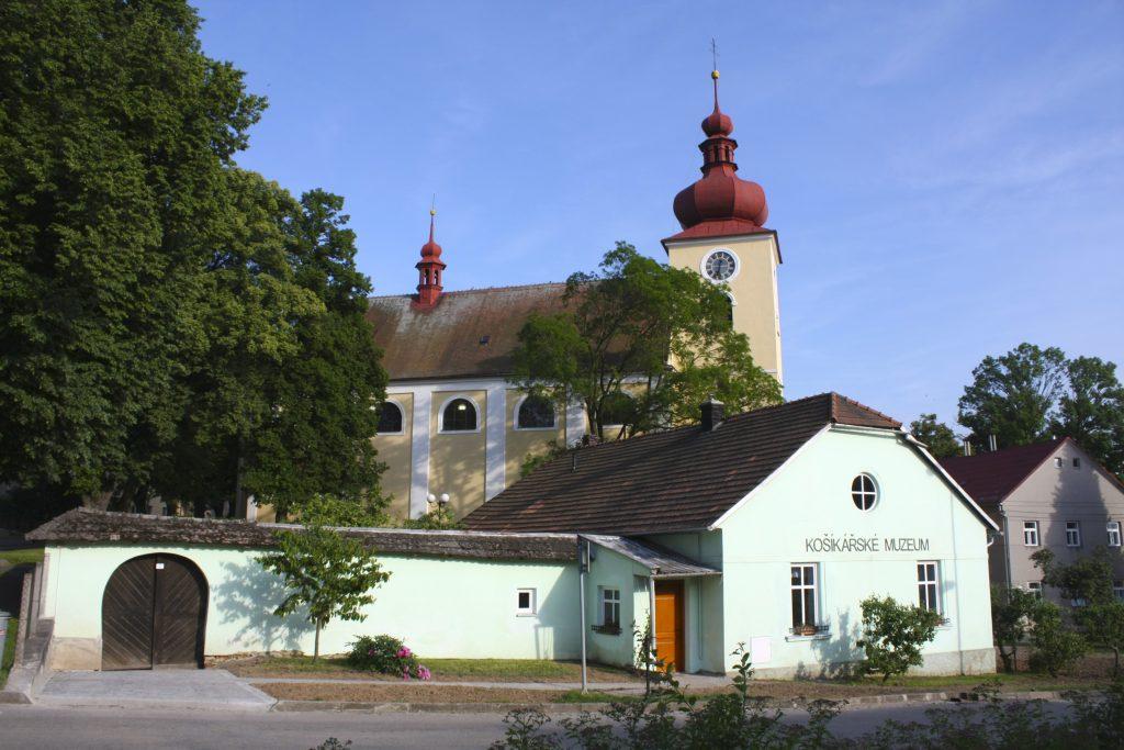 Budova Košíkářského muzea s kostelem v pozadí