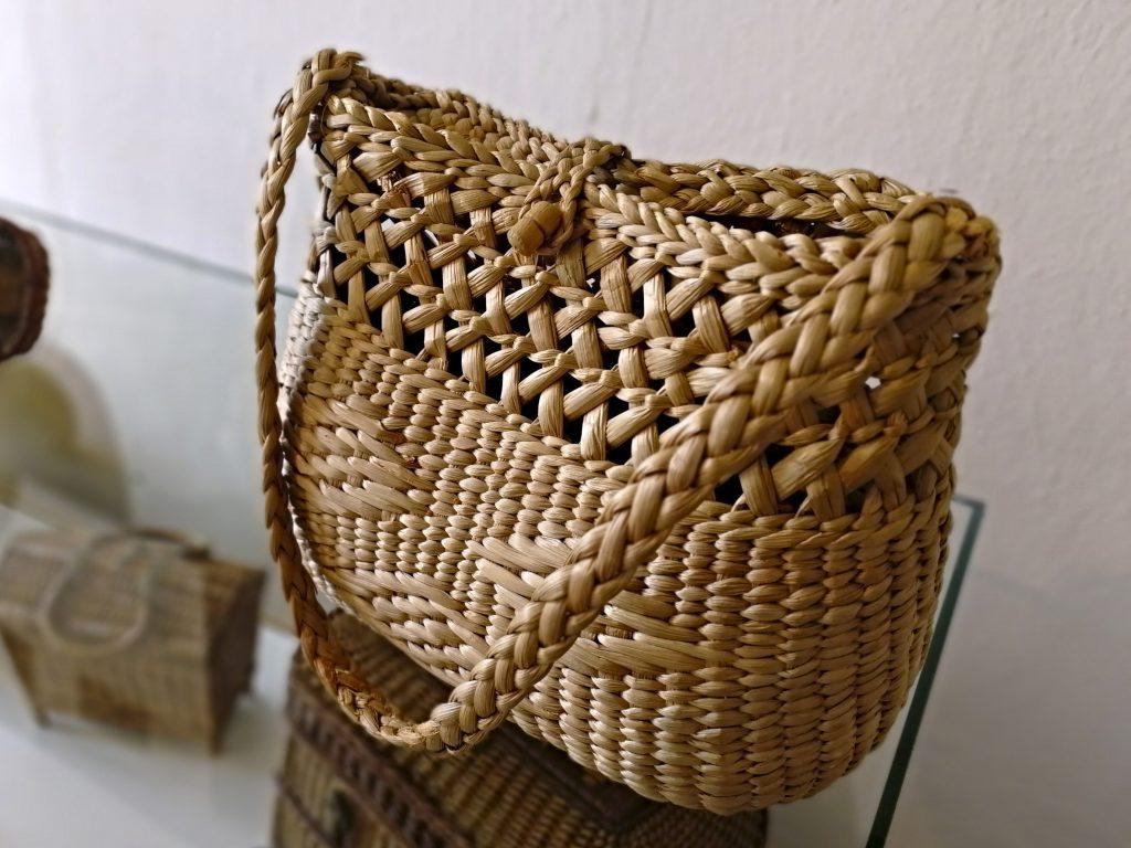 Proutěná kabelka vystavená v Košíkářském muzeu