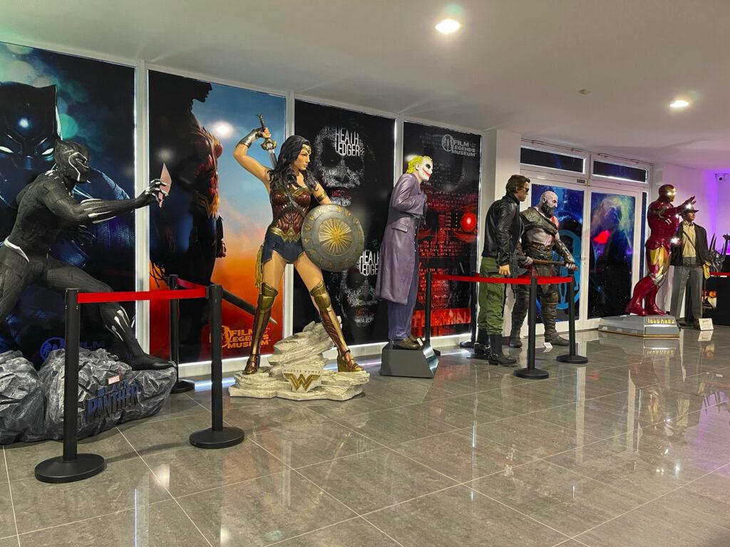 Figuríny Black Panthera, Wonder Woman, Jokera a dalších hrdinů ve Ukázka Film Legends Museum Kroměříž