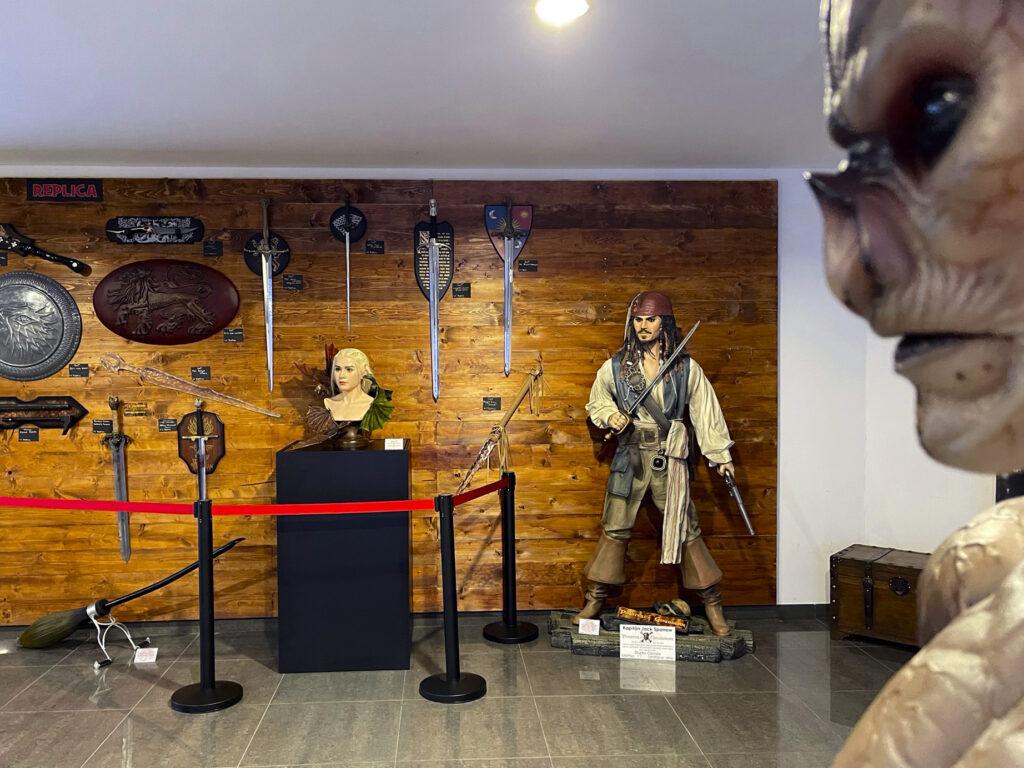 Figurína Jacka Sparrowa a Daenerys Targaryen další rekvizity ze známých filmů ve Film Legends Museum Kroměříž