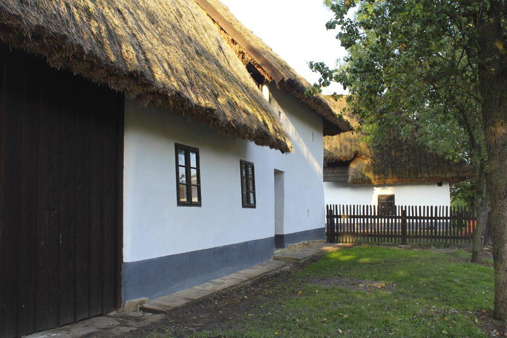 Tradiční stavení se střechou ze slaměných došků