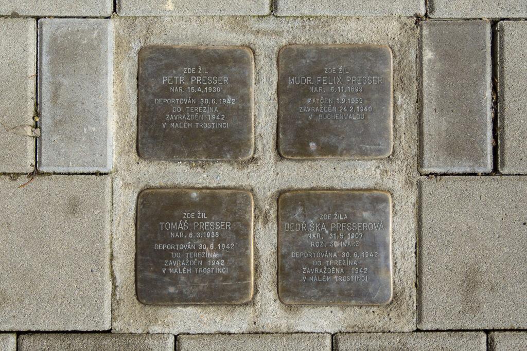 Kameny zmizelých v Kollárově ulice připomínající rodinu Dr. Felixe Pressera