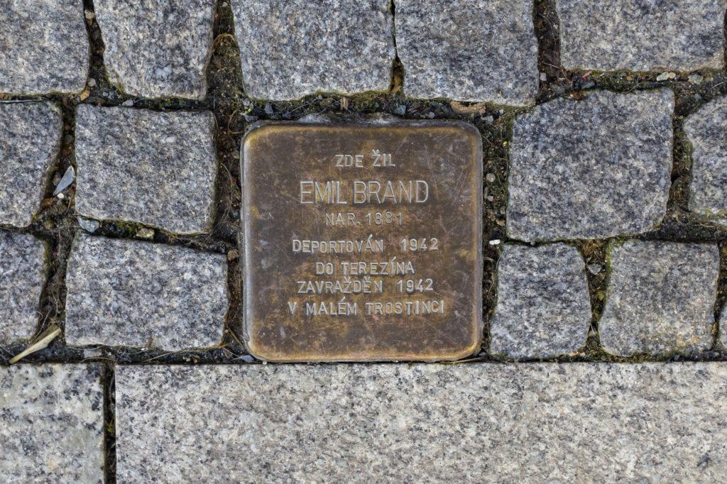Kámen zmizelých zasazený do dlažby ve Vodní ulici