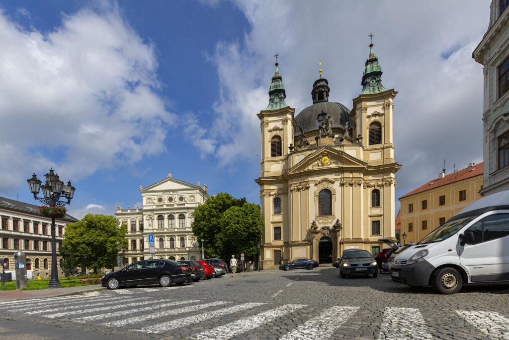 Pohled na průčelí kostela Jana Křtitele v Kroměříži