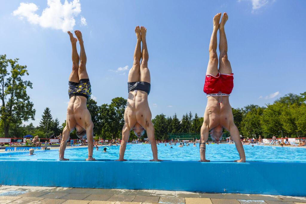 Mladí lidé u bazénu na koupališti Bajda