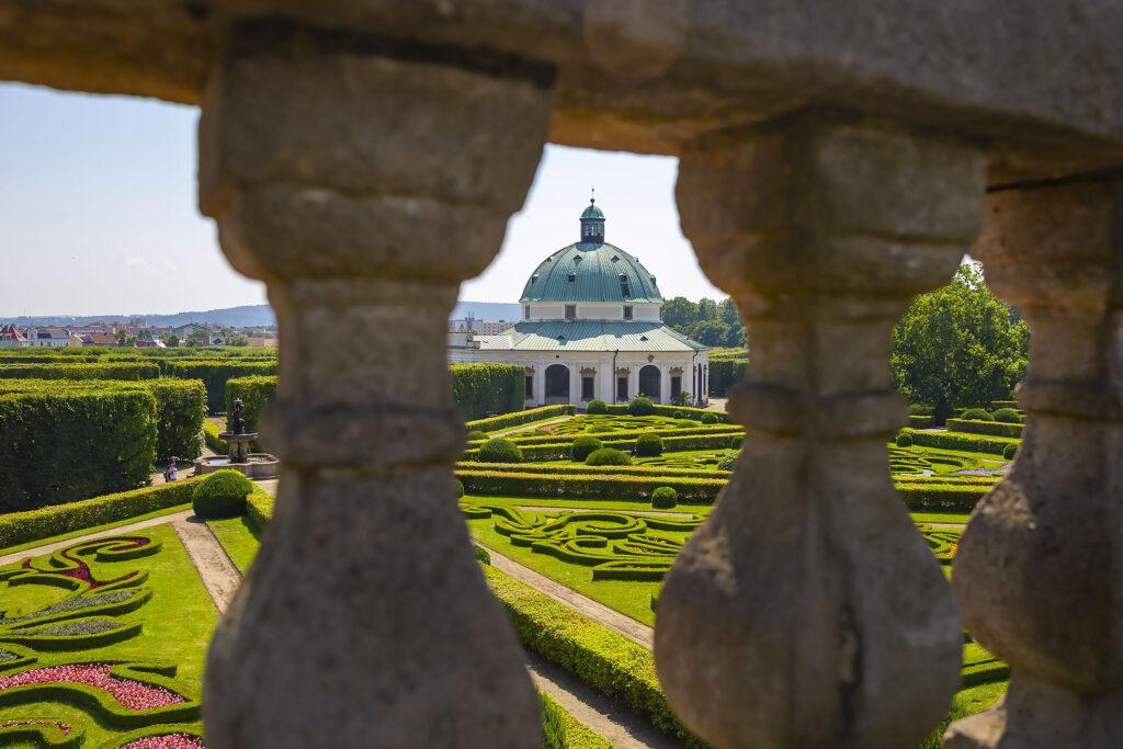 Pohled na rotundu v Květné zahradě přes balustrádu kolonády