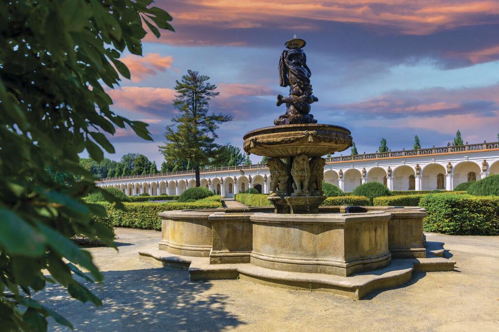 Lví fontána v Květné zahradě, v pozadí kolonáda