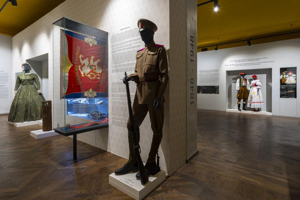 Historická vojenská uniforma v expozici Kroměříž v soukolí dějin