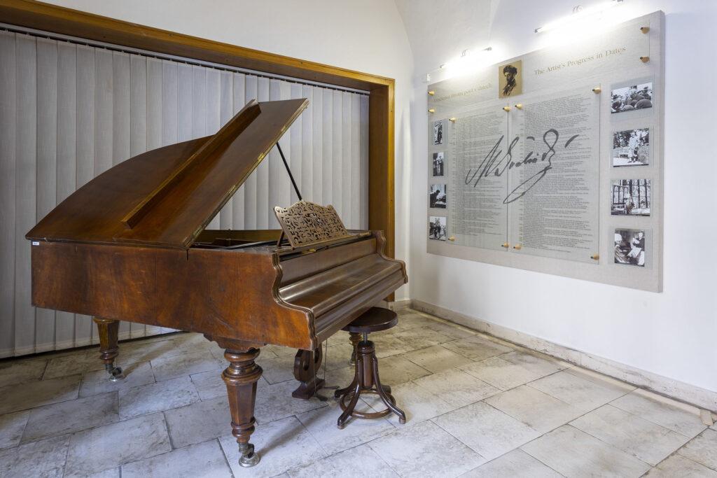 Hudební zákoutí s klavírem v Památníku Maxe Švabinského v muzeu