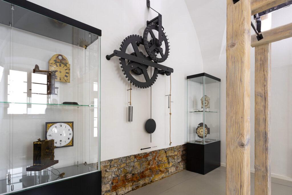 Originální nástěnný stroj na měření času v kroměřížském muzeu