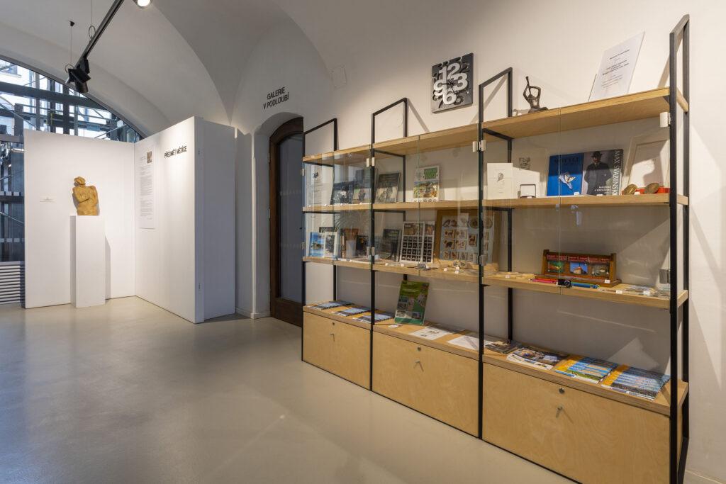 Vestibul Muzea Kroměřížska s nabídkou propagačních materiálů