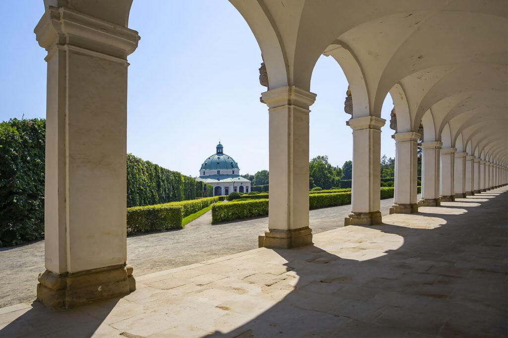 Pohled mezi sloupy kolonády na rotundu Květné zahrady v Kroměříži