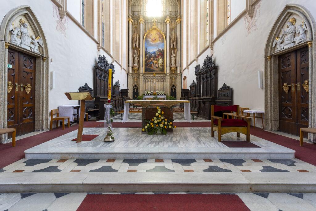 Hlavní oltář kostela svatého Mořice s obrazem Svatý Mořic v Thébské legii