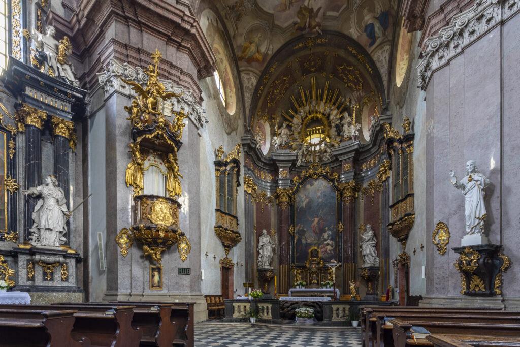 Interiér kostela svatého Jana Křtitele s hlavním oltářem a obrazem Kázání sv. Jana Křtitele na poušti