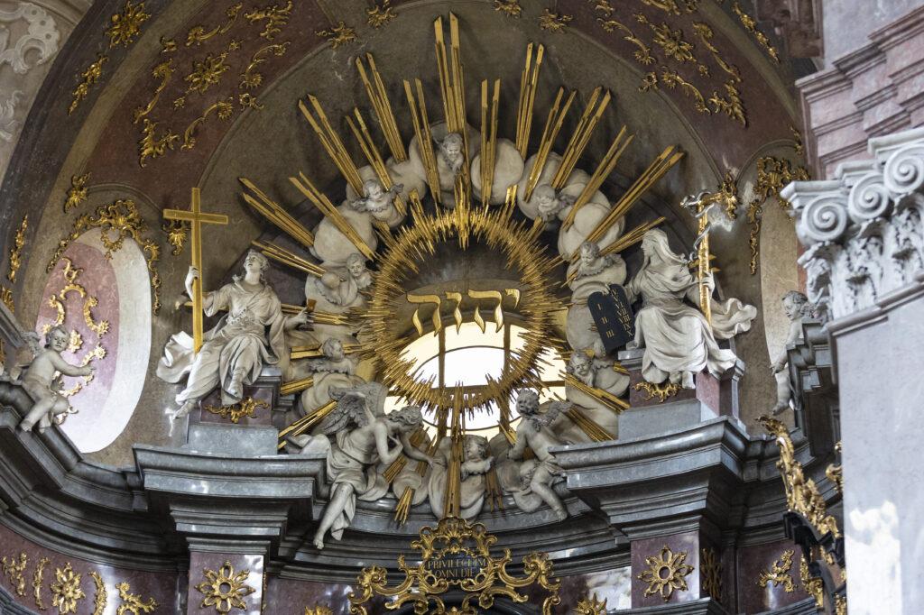 Detail výzdoby kostela svatého Jana Křtitele nad hlavním oltářem z mramoru