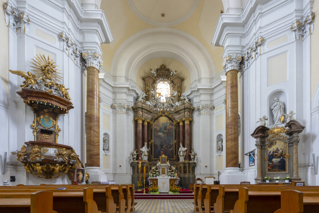 Hlavní oltář kostela s obrazem Nanebevzetí Panny Marie