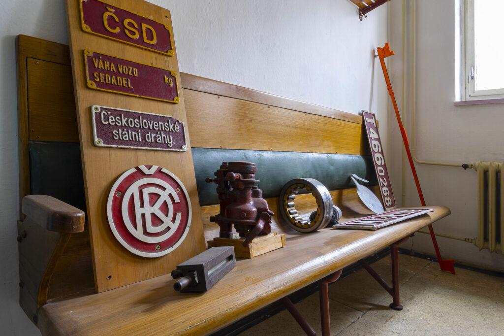 Původní dřevěná lavice z historického vlaku, železniční muzeum v Kroměříži