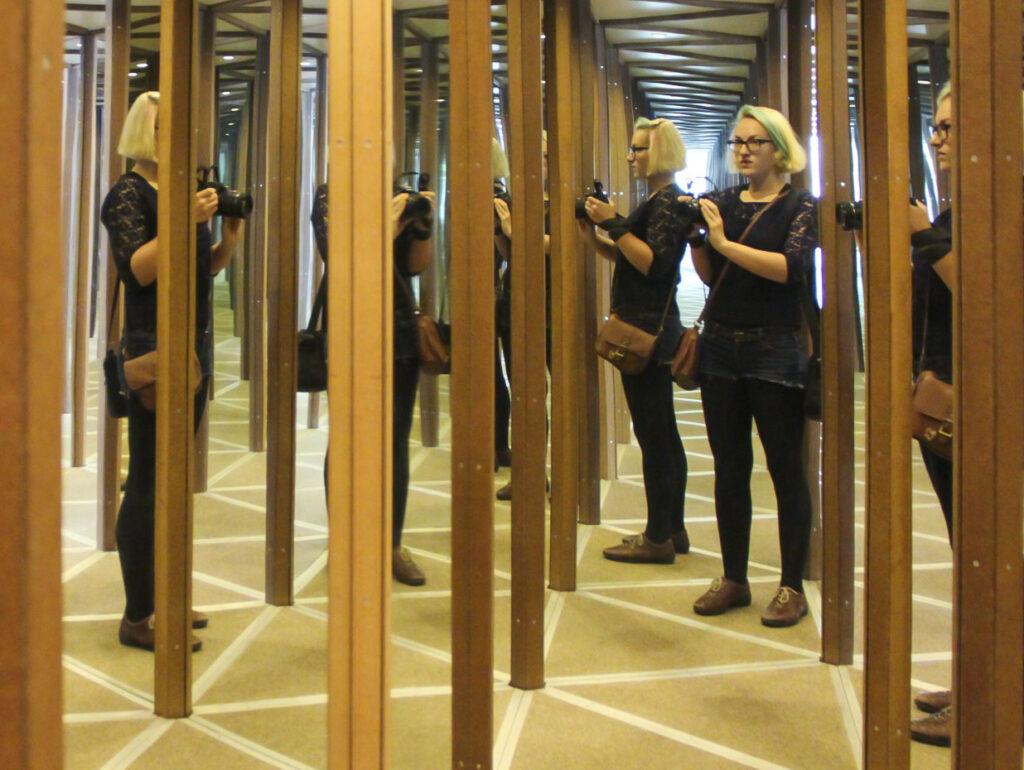 Návštěvníci bloudí mezi zrcadly v Zrcadlovém bludišti v Kroměříži